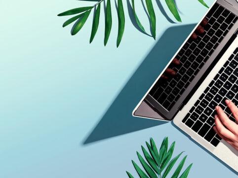 菊池技研 ブログヘッダー画像 パソコンと手の写真